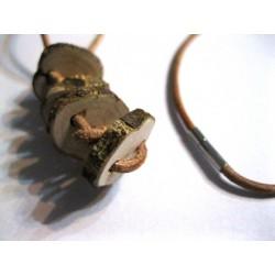 Pendentif en rondelles de bois brut, 5 rondelles de bois brut sur un collier de cuir brun